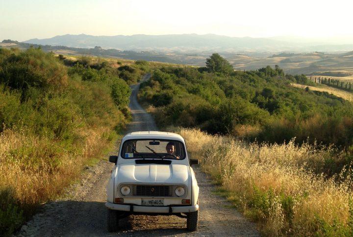 Viaggi sostenibili: La Toscana in Renault 4 di Francesca Volpe